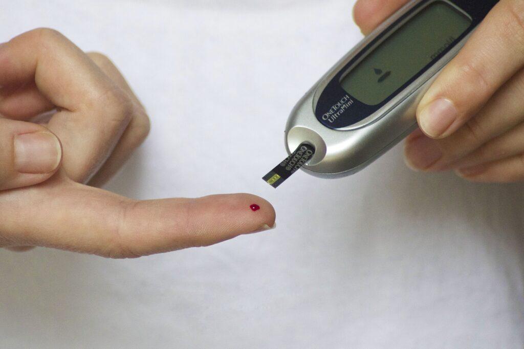 Prevenir a diabetes passa por realizar um check up de saúde regularmente.
